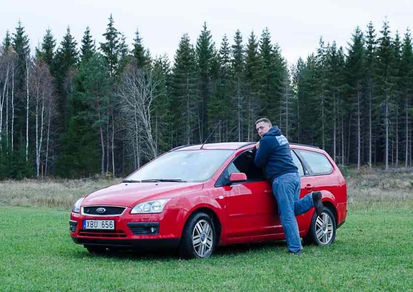 Jag letade efter olika poser när man står vid en bil. Den här verkade populär – men konstigt nog fick jag mest upp bilder på kvinnliga bilägare.