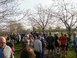 Die Läufer sammeln sich vor dem Start.