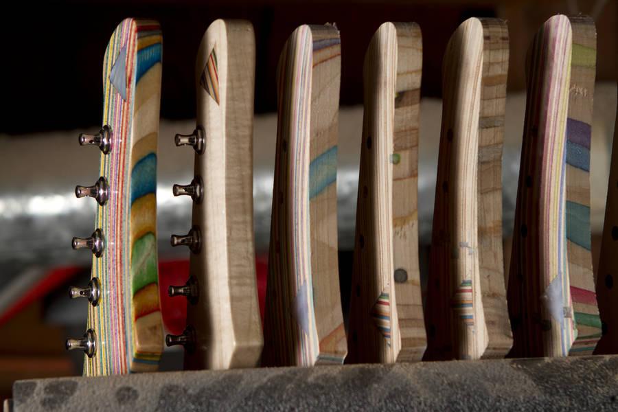 una vista de las guitarras hechas con tablas de skate