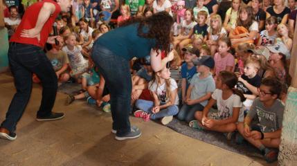 Fulgencio Gomez (Fug) und Janina Burgmer im Gespräch mit ihrem Publikum. (Foto: kjg) Lich Eberstadt Maislabyrinth Die Fug & Janina Show