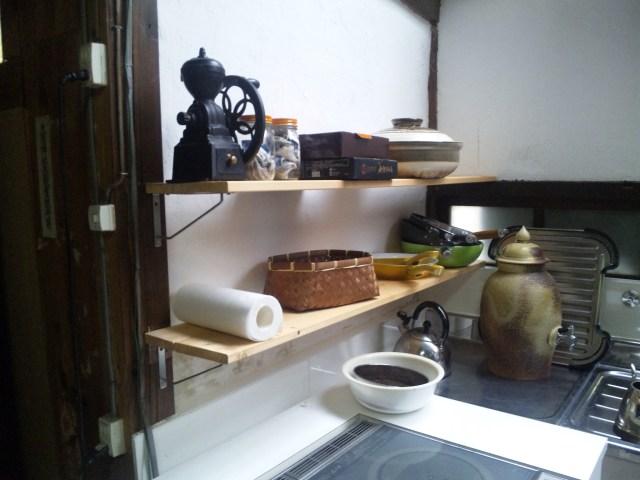 設置されたばかり台所の棚
