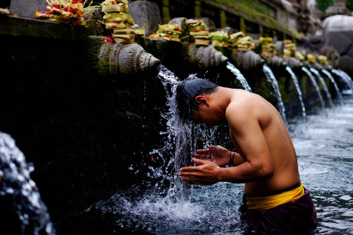 A bather in the holy waters at Tirta Empul, Bali – X-T1 + XF35mm f1.4