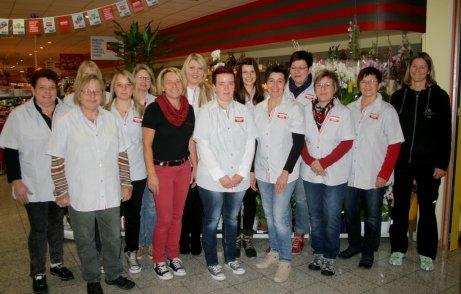 Diese REWE-Mitarbeiterinnen werden an einem Firmen-Fitness-Training teilnehmen. Renate Suesemichel und Julia Schubert, 2. und 1. von rechts, erläuterten Ihnen die Ziele und Erfolge dieses besonderen Angebotes.