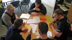 Eine Gruppe bereitet sich auf ihre Präsentation vor.