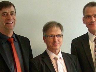 Amtsgerichtsdirektor Dr. Philipp Gescher (rechts) und Eiterfelds Bürgermeister Hermann- Josef Scheich (links) ehrten, dankten und würdigten Helmut Arend für seine langjährigen ehrenamtlichen Tätigkeiten.