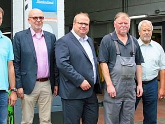 Fimeninhaber Rolf Schwalm (3.v.r.) und Sohn Christoper Schwalm (rechts) mit den CDU-Vertretern vor der Werkstatt von Schwalm Hydraulik.
