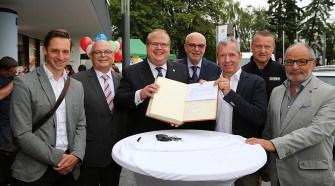 Die Projektbeteiligten mit dem goldenen Buch der Stadt Alsfeld