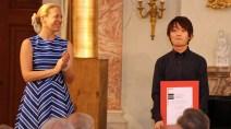 Der Publikumspreisträger 2018 steht fest: Kaito Muramatsu (links) mit Pianale-Gründerin Uta Weyand