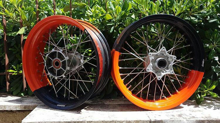 Un grande prodotto per 2 grandi persone. Cerchi bicolore arancione KTM + trasparente lucido topcoat