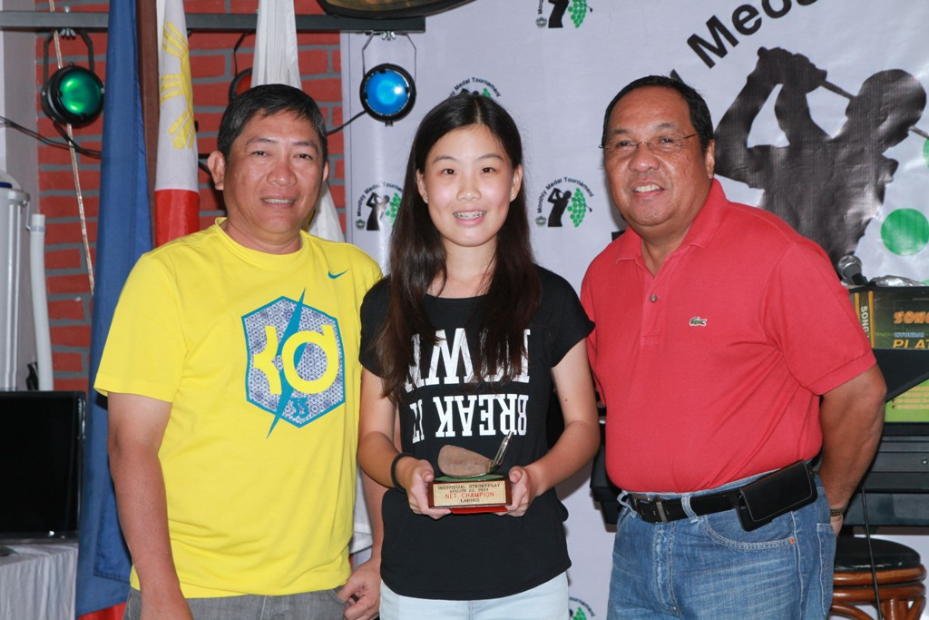 Annika Yeo received the lowest net trophy for the ladies division from Radi Abarintos and Emmi Tesalona.