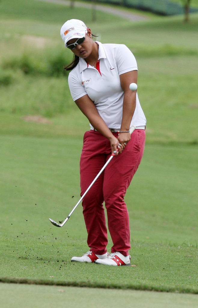 Cyna Rodriguez chips on the green on No. 7.
