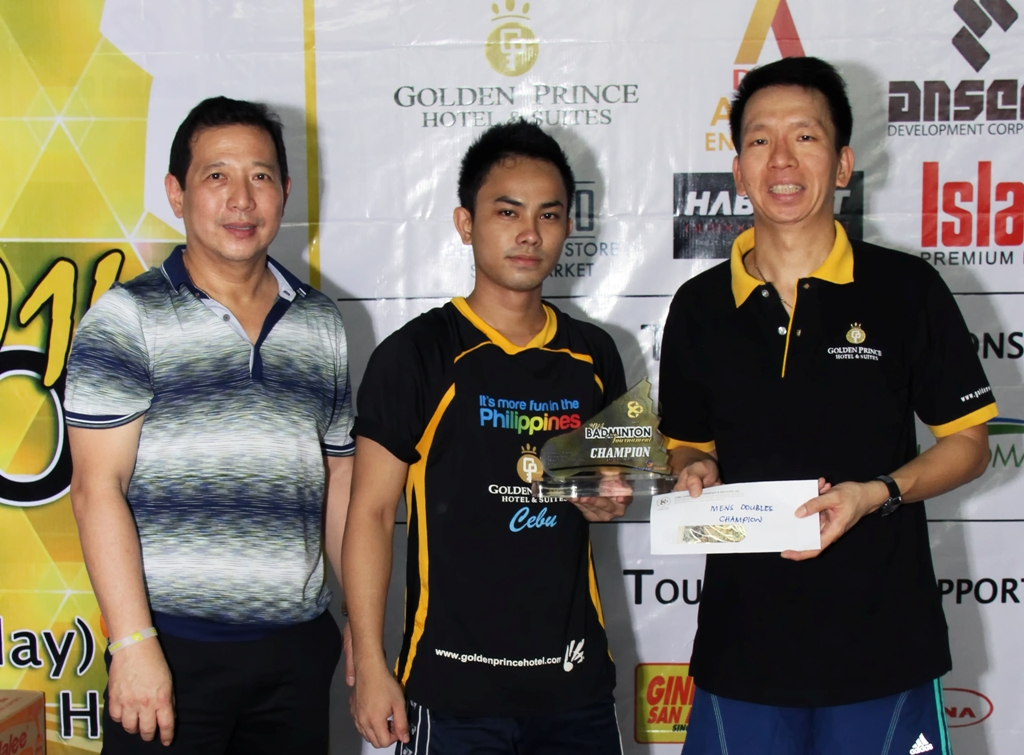 Jimmy Wu awards the prizes to the players of Golden Prince, champions of the men's doubles.