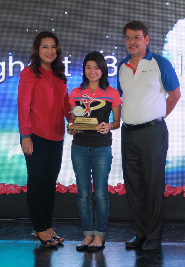 Ericka Lim of Alta Vista receives her trophy for scoring the best 18-hole output in the 9th PAL Ladies Interclub.