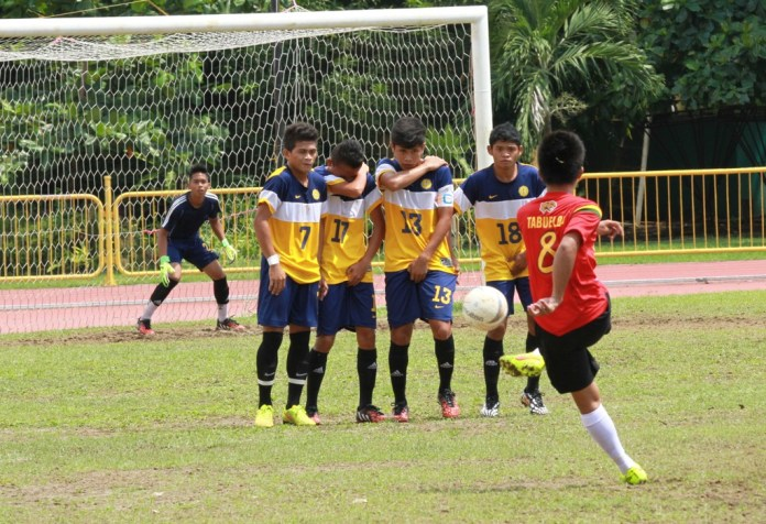 A wall of USPF players gets ready to foil a free kick by a USJR Kicking Jaguar during their semifinals battle Sunday. (By NIMROD NL QUIÑONES)