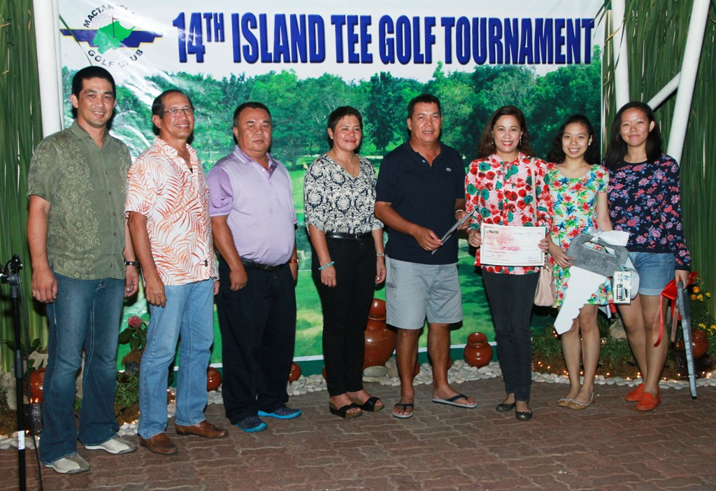 Jun Dayot (4th from right) received a windfall of prizes for nailing an ace last Saturday on hole No. 15 of MIGC.  To his left are the members of his family while his prizes were awarded by (from right) Hyundai Cebu's Kenneth Tan, MIGC GM Renato Sanchez, Edwin Espina of Norkis, and Sol Pasion of Pagcor.