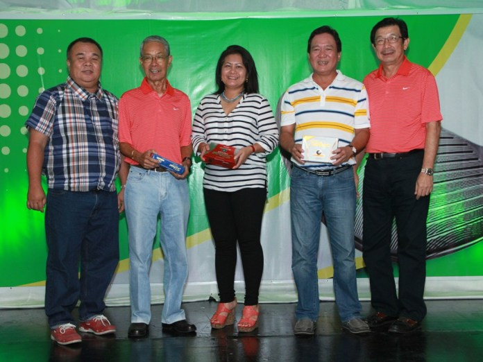 Edwin Espina of Norkis (left) and tournament chairman Vicente Go (right) awarded the prizes to the three players, who scored an ace on hole No. 13.  They are (from left) Rod Señido, Marina Kaufmann and Joseph Dy.
