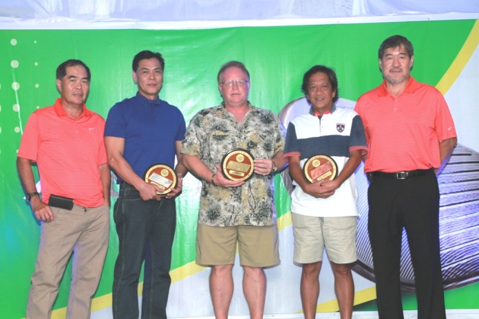 Alvin Lim (left) and Ramon Sebastian (right) awarded the plaques to the class B winners. They are (from left) 1st runner-up Tinoy Lim, champion Kevin Durr, and 2nd runner-up Jun Enriquez.