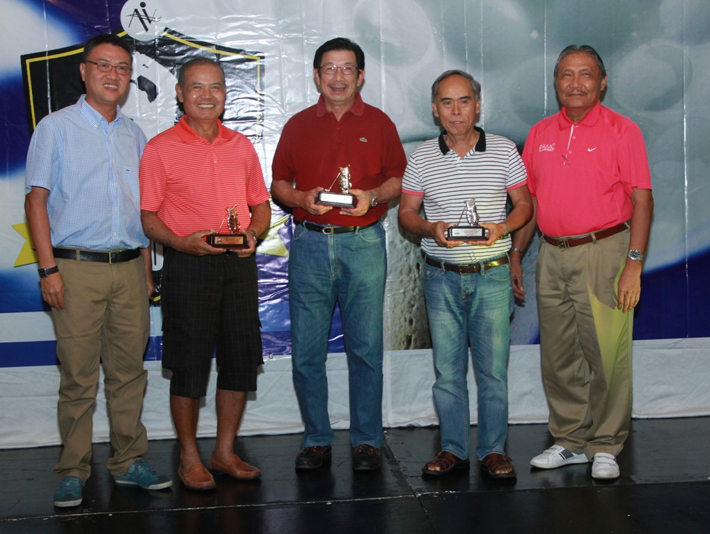 Michael Lim (left) and Rolly Santos (right) handed the trophies to the winners of the seniors' division.  They are (from left) 2nd runner-up Razi Razon, champion Inting Go, and 1st runner-up Ed Eroy.