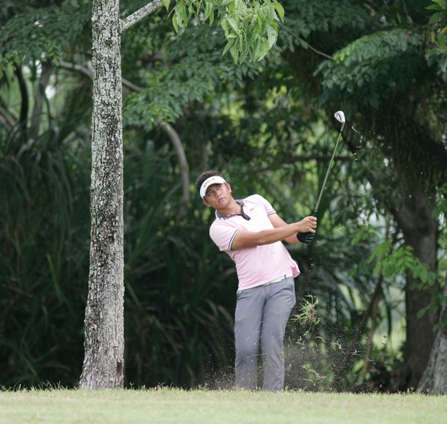 Clyde Mondilla hits an approach shot from under the trees on No. 10.