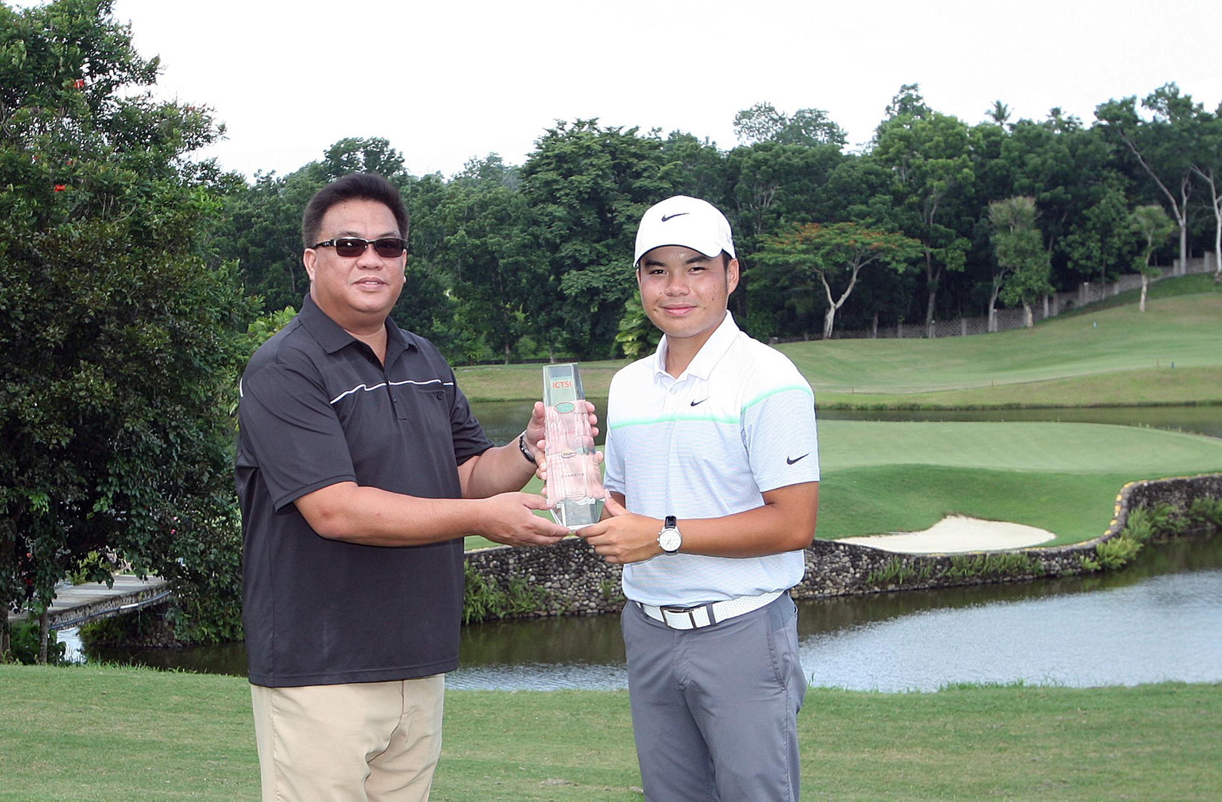 Miguel Tabuena (right) receives the ICTSI Rancho Palos Verdes crown from Palos Verdes golf manager Vincent Lopez after nipping Elmer Salvador by one for his second leg win on the ICTSI Philippine Golf Tour.