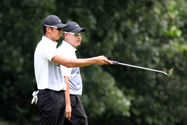 James Ryan Lam (left) shares his putting knowledge with North teammate Angelo Que on No. 2 in their clash with Tony Lascuña and Orlan Sumcad in The Duel 4 at Wack Wack.