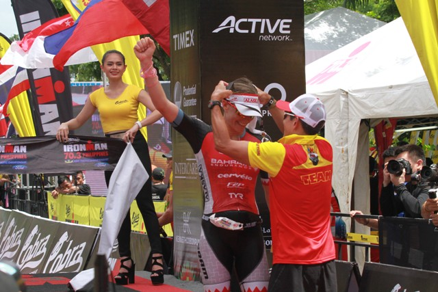Caroline Steffen gets her medal from Wilfred Steven Uytengsu after she topped the women's division. (NIMROD NL QUIÑONES)