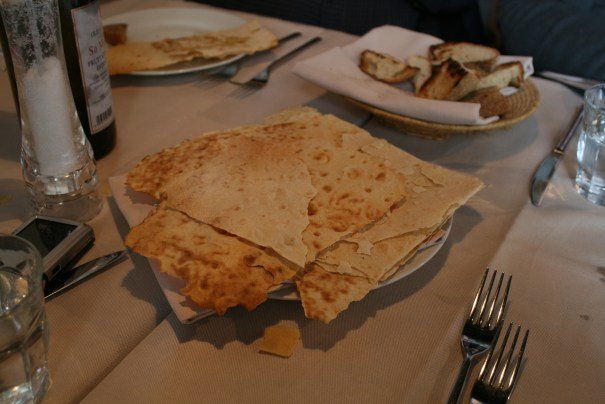 The flat bread was fantastic, the loaf bread was great too, both were piping hot.  We had olive oil, salt and balsamic vinegar to pour on the breads.