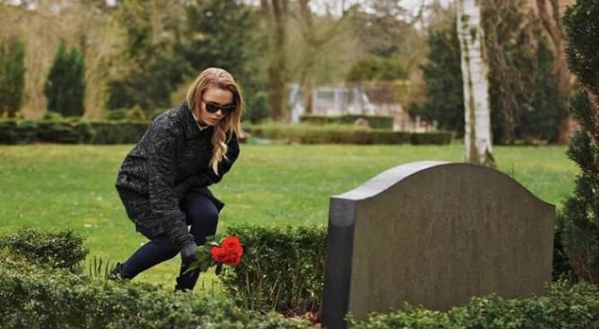 Ο άντρας μου έκανε παιδί με την ερωμένη του. Την είδα στην κηδεία του και θέλω να τη βοηθήσω. Είμαι τρελή;