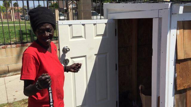 Μια άστεγη κοιμόνταν στο χώμα έξω από το σπίτι του. Τι έχτισε για αυτήν;