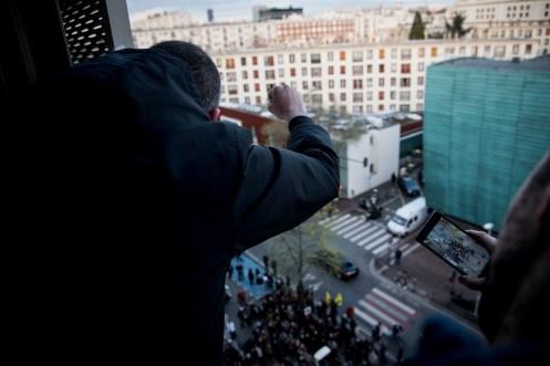 Depuis les bureaux du siège national de la Poste, occupé par les grévistes pendant une journée, Gaël salue les soutiens présents en bas du bâtiment.
