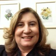 Descrição da imagem: retrato da médica Keila Monteiro de Carvalho. Ela olha para frente e sorri. Fim da descrição.