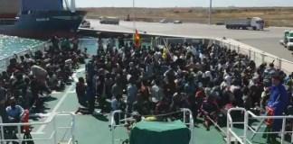 Rescatados del mar por la Guardia Civil aplauden la bandera española