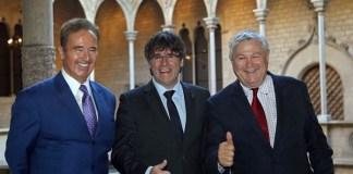Carles Puigdemont, con los congresistas de EEUU Brian Higgins (i) y Dana Rohrabacher (d). | FOTO: Toni Albir EFE - El Español