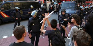 Policia en la sede de la CUP | FOTO: Huffingtonpost