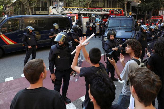 Policia en la sede de la CUP   FOTO: Huffingtonpost
