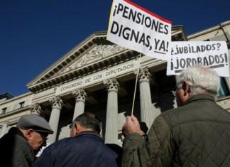 jubilados manifestándose ante el Congreso