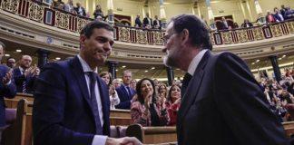 El saludo entre Pedro Sánchez y Mariano Rajoy que dio fin a la moción de censura. | FOTO: Pierre-Philippe Marcou vía Merca2