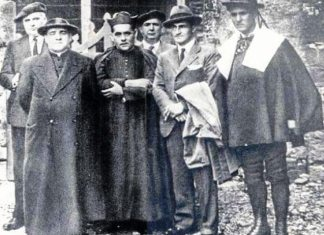 El cura, nacionalista vasco, fusilado en 1936 José de Ariztimuño, segundo por la izquierda, junto al lehendakari Aguirre (Fundación Sabino Arana)
