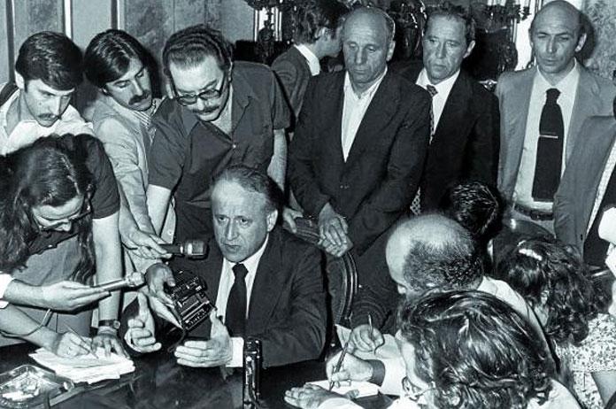 Xabier Arzalluz, diputado del PNV se abstiene en la votación de la Constitución de 1978