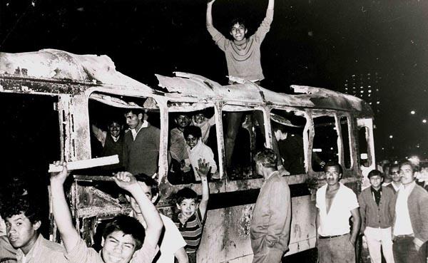 Quema de camiones en señal de protesta, por parte de los estudiantes Foto. Fundación UNAM