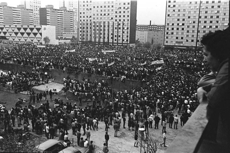 Manifestantes durante el mitin de la Plaza de las Tres Culturas.
