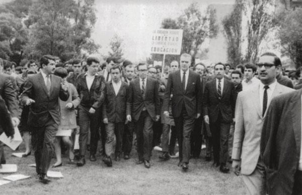 El rector de la UNAM, Javier Barros Sierra, apoyando a los estudiantes Foto. Fundación UNAM
