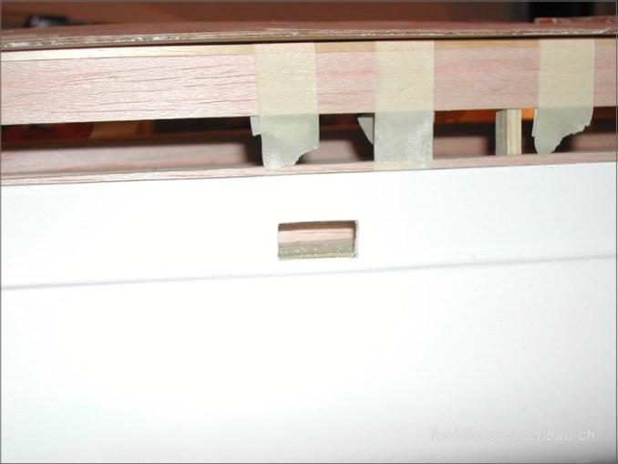Ein Teil des restaurierten Rumpfes (flicken von Fehlborhrungen, Hicke etc.) Das hiess stundenlang schleifen und spachteln. Im oberen Teil sieht man bereits den Rohbau des neuen Deckaufbaus mit Kiefernleisten und Balsaholz.Neuer Heckabschluss