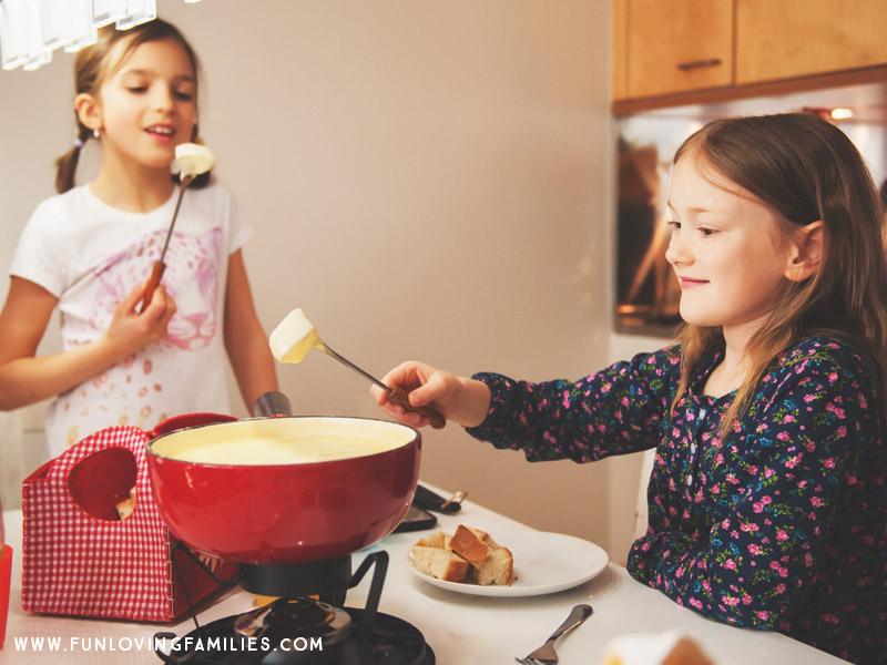 Los niños comiendo fondue en la cena de Nochebuena