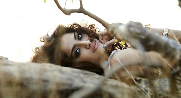 sonam-kapoor-photoshoot-for-elle-magazine- (7)