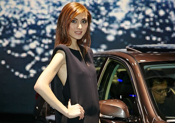 girls-with-cars-at-franfurt-motor-show-2013- (17)