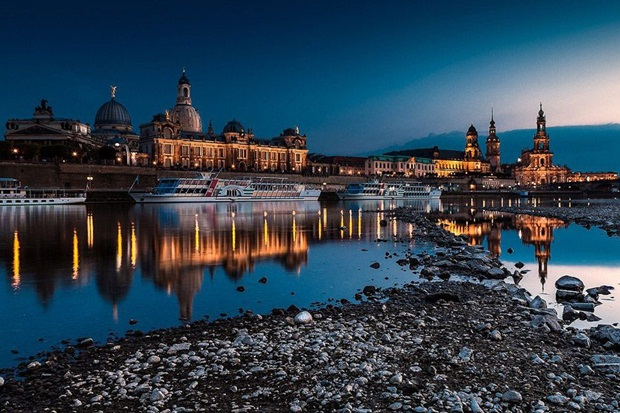 grand-buildings-reflected-in-water- (9)