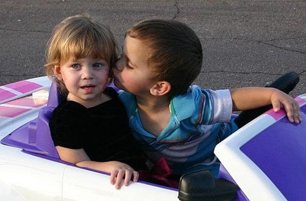 cute-babies-kisses- (5)