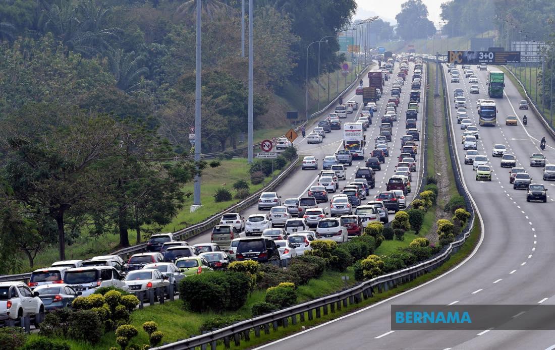 Trafik sesak di laluan masuk ke Shah Alam