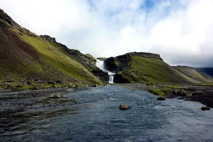 800px-Ofaerufoss-Vatnajokull_National_Park